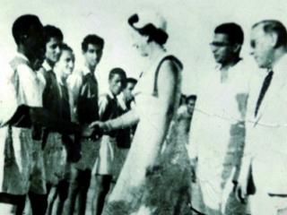 الملكة إليزابيث تصافح لاعبي المنتخب اليمني