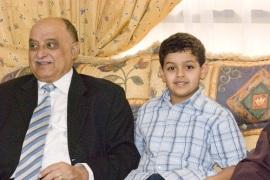 مع اول حفيد له، عبدالرحمن خالد فضل النقيب
