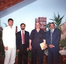من اليمين محمد عبد الودود طارش، فضل النقيب، احد مدراء مجموعة هائل، وسام محسن النقيب